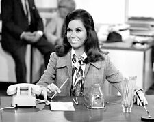 """MARY TYLER MOORE AS """"MARY RICHARDS"""" - 8X10 PUBLICITY PHOTO (ZY-847)"""