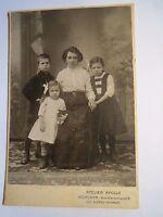 München - Frau & 3 Kinder - Junge & 2 Mädchen mit Puppe - Kulisse / KAB