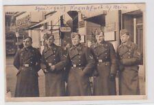 47446 AK Spaziergang Frankfurt am Main, Soldaten vor Geschäften in der Stadt