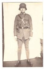Foto AK Portrait mit Gallipoli Star Eiserner Halbmond Orden Stahlhelm Pistole(56