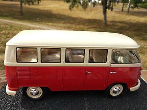 VW bus combi Volkswagen T1 vitré 1/18eme rouge/beige 24cm ,neuf dans sa boite