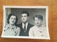 N°60 - ancienne PHOTO studio jeune homme et deux jeunes femmes années 40 50