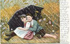 Junge und Mädchen unter einem Regenschirm sitzend, um 1900/10