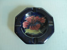 BEAUTFUL WILLIAM MOORCROFT ART POTTERY COBALT ASHTRAY, HIBISCUS DESIGN