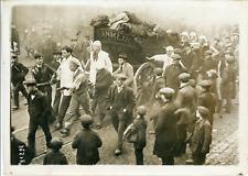 Londres, Grève du Charbon, étudiants tirant un wagon de charbon à travers la fou