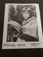 "1983 Press Photo ""Star Wars Return of the Jedi"" ROJ-2 Luke Finds Leia's Helmet"