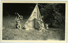 PHOTO ANCIENNE - ENFANT JARDIN CAMPING TIPI JOUET SIESTE -TOY - Vintage Snapshot