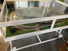 Réseau train HO Marklin sur support inclinable et sur roulettes sous vitres