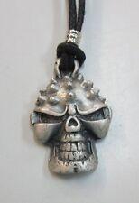 TETE DE MORT     pendentif métal avec cordon réglable  tête de mort avec picots
