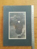 ancienne jolie photo sur carton Studio 1923 - petit garçon au parc