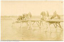 GUERRE. WAR. CARTE PHOTO. PHOTO CARD. GéNIE MILITAIRE.  PONT EN BOIS. SOLDIERS
