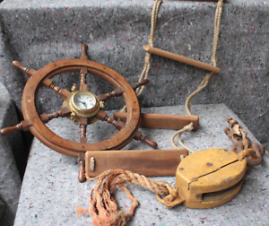 Steuerrad mit Uhr, Seilleiter und Schiffsblock
