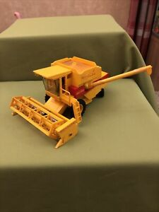 BRITAINS Farm NEW HOLLAND TR85 FARM COMBINE HARVESTER 1982 Vintage Model Damaged