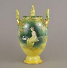 Vase amphore en porcelaine de Rosenthal Dame avec pigeon c. 1900 Worcester