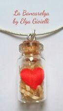 Ciondolo bottiglia vetro con cuore rosso messo su paglia.regalo san valentino.
