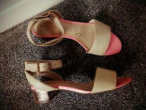 Gorgeous Clarks beige pink rose gold block mid heel leather sandals sz5 widefoot