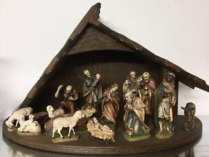 Weihnachten, Krippe Holz (27 cm), 14 Figuren geschnitzt (10-14 cm), bemalt