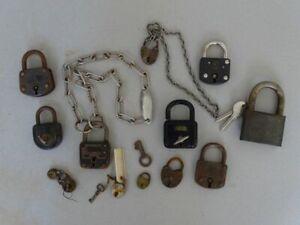 Konvolut 13 antike Vorhängeschlösser - Burg Ideal Abus Panzer - Metall 1900