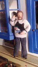 12th scala casa delle bambole Uomo in mano a maglia-pronto per una festa di Natale?