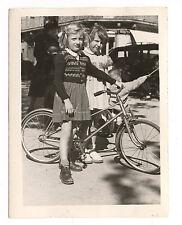 Petite fille à vélo rue Toulon - photo ancienne an. 1950