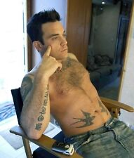 ROBBIE WILLIAMS UNSIGNED PHOTO - 7761 - SHIRTLESS!!!!!