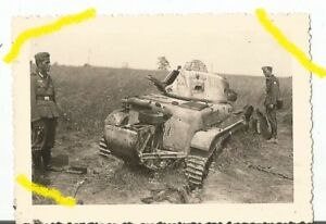 Photo Allemande WW2 , char RENAULT R35  , butin . France 1940 .
