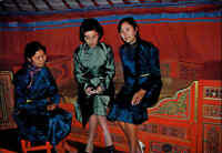 Mongolei Mongolia Inside a Mongolian Gher, Frauen in Tracht, Girls Native Scene