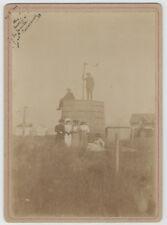 2829/ ANCIENNE PHOTO 1908 FAMILLE CONCARNEAU POSE DEVANT GROSSE BARRIQUE ? FÛT