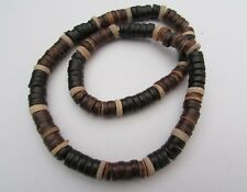 A BROWN & BEIGE HEISHE SHELL & COCO BEAD STRETCH NECKLACE.