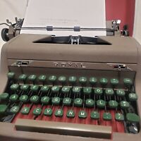 Vintage Brown 1952 ROYAL QUIET de LUXE TYPEWRITER Portable Case Tested Works