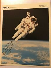 Astronaut Bruce McCandless +  Original sign. auf Nasa Foto