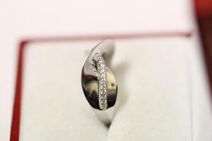 18ct/750 sparkling attractive white gold ring *Boxed*