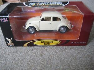 1967 VOLKSWAGEN BEETLE CREAM 1:24 SCALE ROAD SIGNATURE