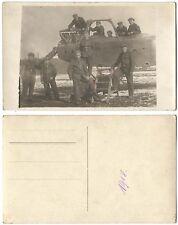 AK Gruppenfoto mit einem Flugzeug-Wrack 1918