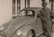Foto Mann vor VW Käfer Auto Oldtimer