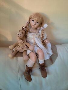 """Belle poupée de collection porcelaine numérotée, les poupées """"Carine"""""""