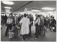 1971 PRESS PHOTO - US tourists at American Express Office, Haymarket, London