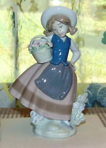 LLADRO Figurine SWEET SCENT #5221 Girl With Basket Of Flowers