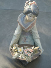 Lladro Gift of Beauty Figurine Japonese Flores Arrodillada Oriental Woman Lady