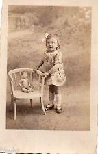 BJ150 Carte Photo vintage card RPPC enfant poupée doll chaise mode fashion décor