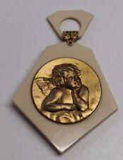 ancienne médaille de berceau en galalithe signée