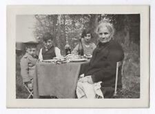PHOTO ANCIENNE Groupe Famille Pique nique Bouteille Repas extérieur 1933 Enfant