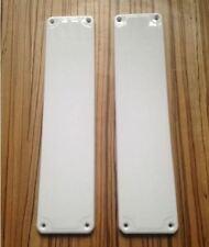 plástico puerta Placas Blanco x 2 BUENA CALIDAD FÁCIL DE Ajuste Presión Plates
