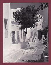 PHOTO GRECE - 1960 Iles grecques - MIKONOS - une rue , femme au balai
