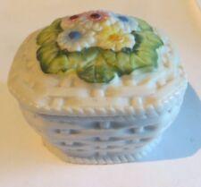 Boîte à bijoux carrée en biscuit avec fleurs sur couvercle