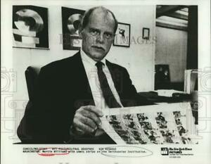 1984 Press Photo Martin Williams with Smithsonian Institution comic strips