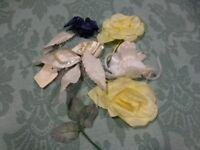 lot anciennes5 fleurs tissus blanc,jaune bleu    chapeau,robe sorties  ,etc.....
