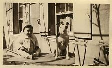 PHOTO ANCIENNE - VINTAGE SNAPSHOT - ANIMAL CHIEN TABLE ENFANT DRÔLE - DOG CHILD