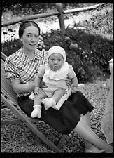 Femme & enfant jardin - Ancien négatif photo an. 1930
