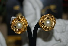 VINTAGE 1980 COUTURE GOLD TONED METAL KNOT AND FAUX PEARL CLASSIC CLIP EARRINGS